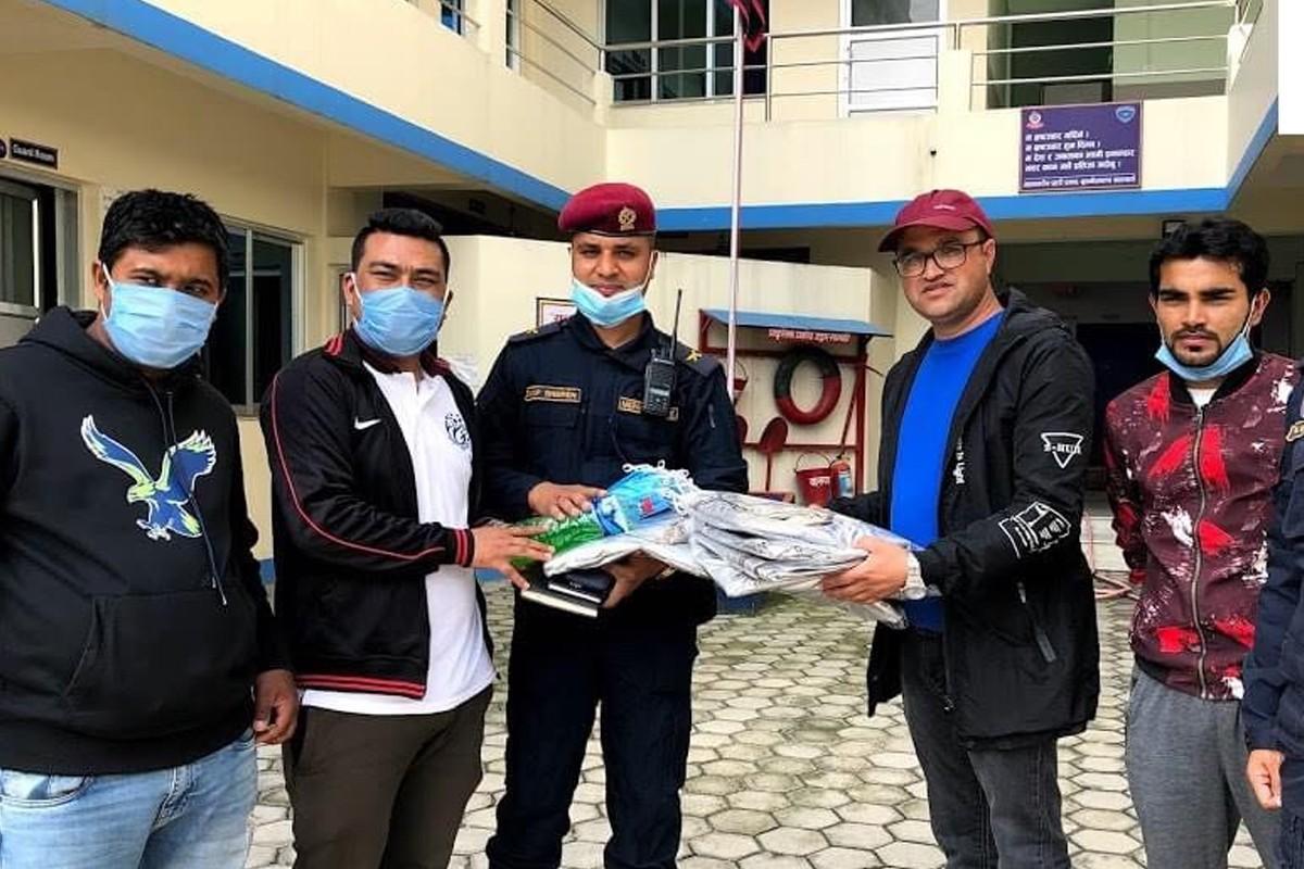 कम्युनिटी केयर नेपालद्वारा बुढानिलकण्ठ नगरपलिकाका प्रहरीलाई स्वास्थ्य सामग्री प्रदान